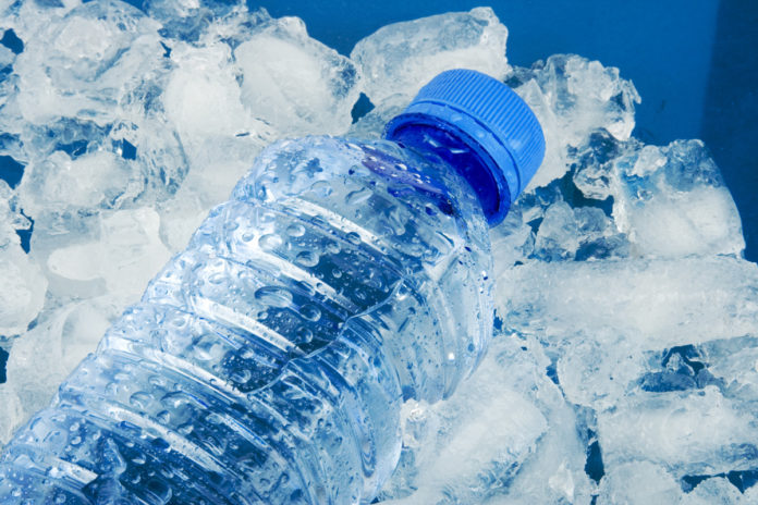 Почему бутылка, обернутая мокрой тканью, быстрее охлаждается в морозилке?