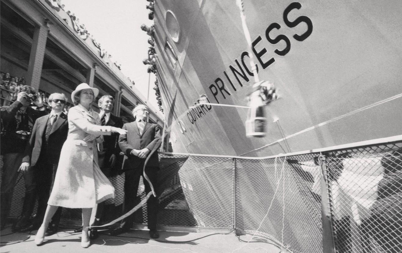 Где впервые разбили бутылку при спуске корабля на воду?