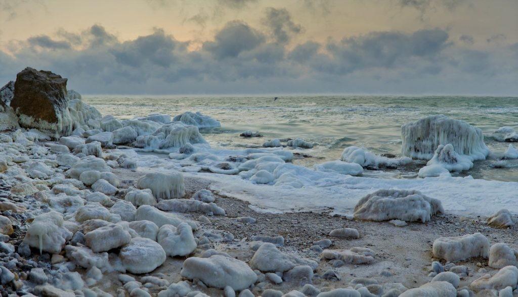 Берег Черного моря зимой
