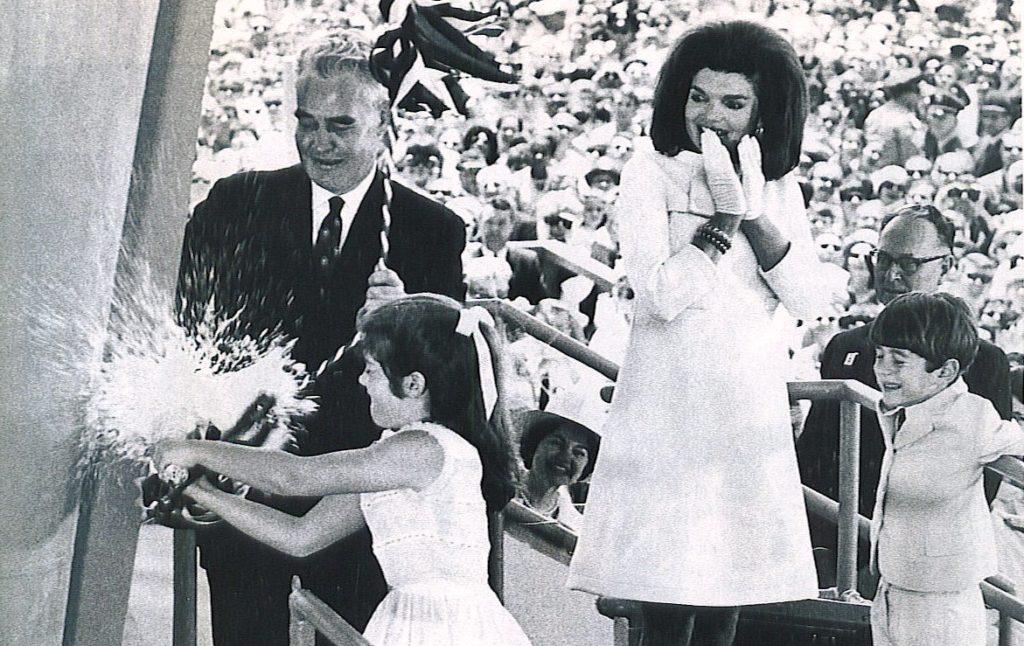 Дочь президента Кеннеди - Кэролайн разбивает бутылку о борт корабля