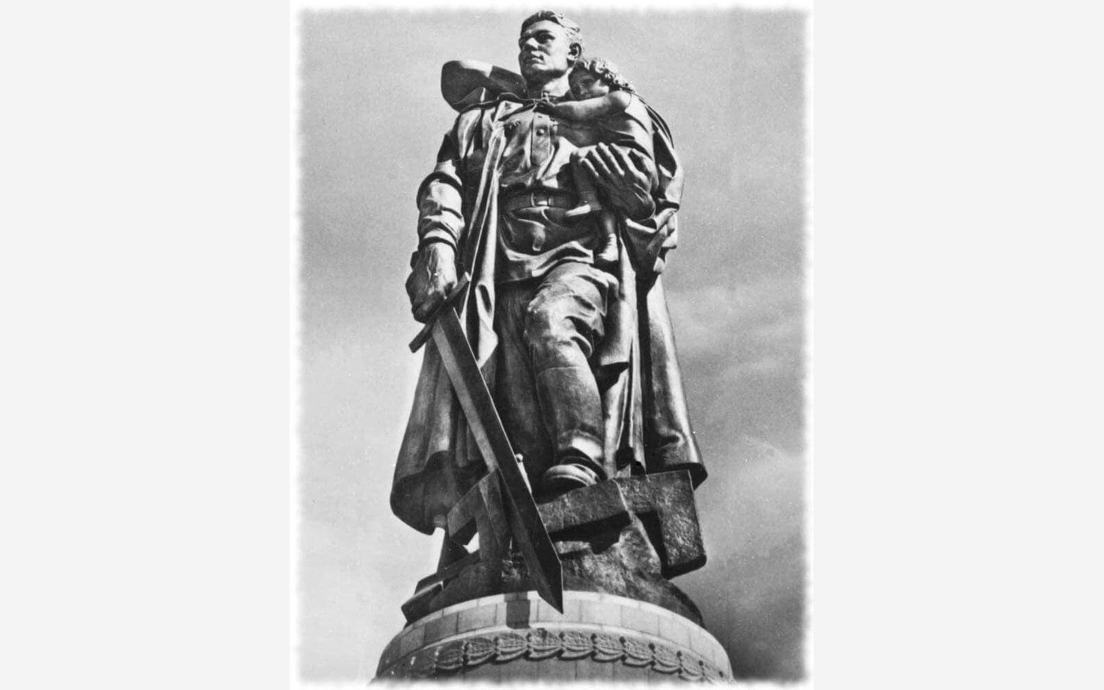 Е. В. Вучетич. Статуя воина-освободителя в памятнике-ансамбле воинам Советской Армии, павшим в боях с фашизмом. Бронза. 1946 - 1949. Трептов-парк. Берлин.