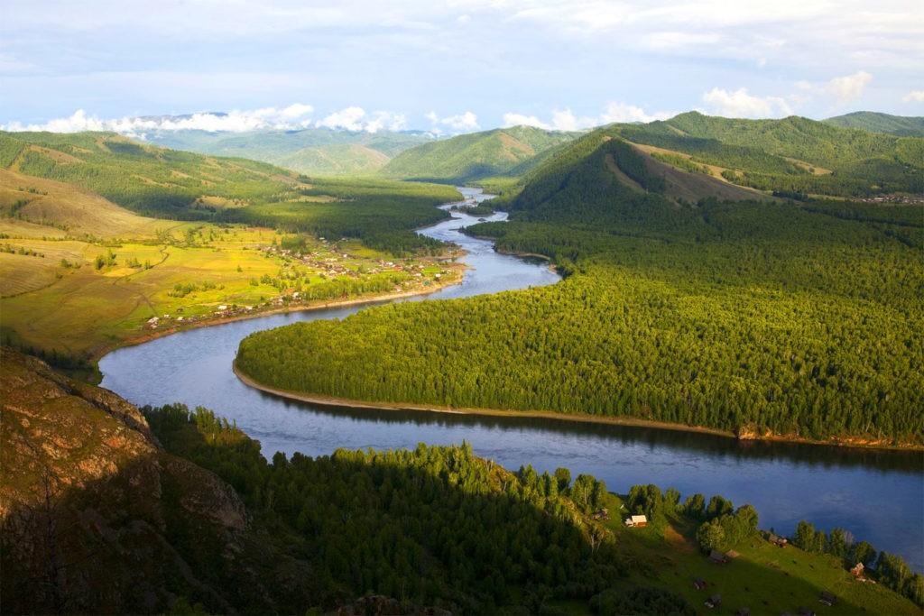 Енисей - одна из наиболее длинных и полноводных рек России
