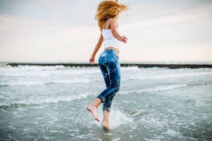 Если вода прозрачная, то почему намокшая одежда темная?