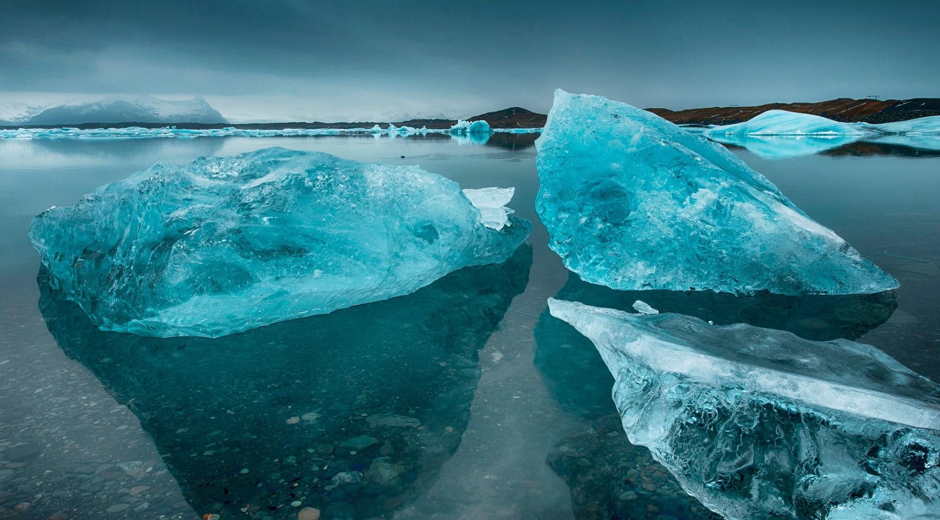 Глыбы льда на воде
