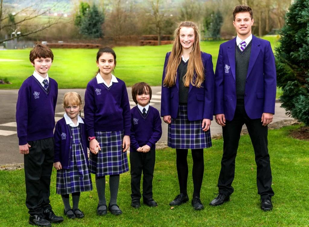 В гимназии обычно есть своя униформа, эмблема и даже флаг