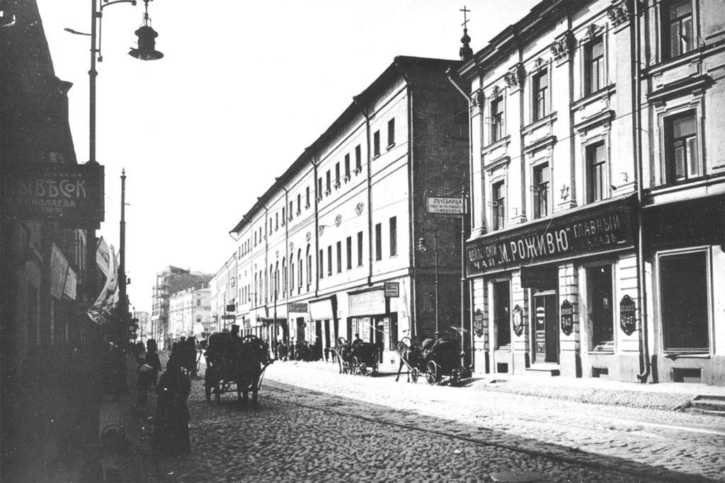 В центре фото - первая в России гимназия, основанная Эрнстом Глюком в 1701 году, Москва