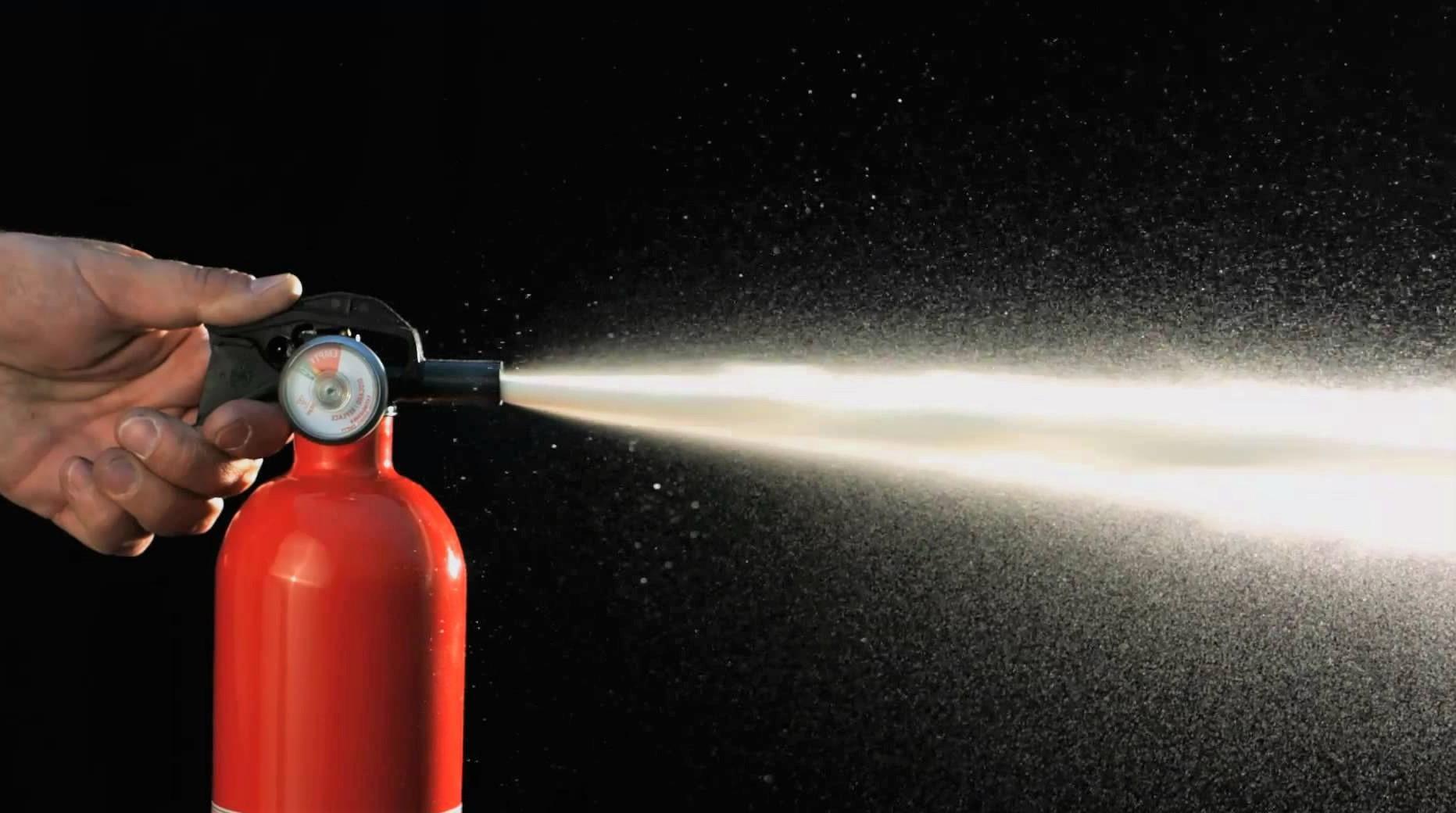 Чем эффективнее тушить огонь: водой или пеной?