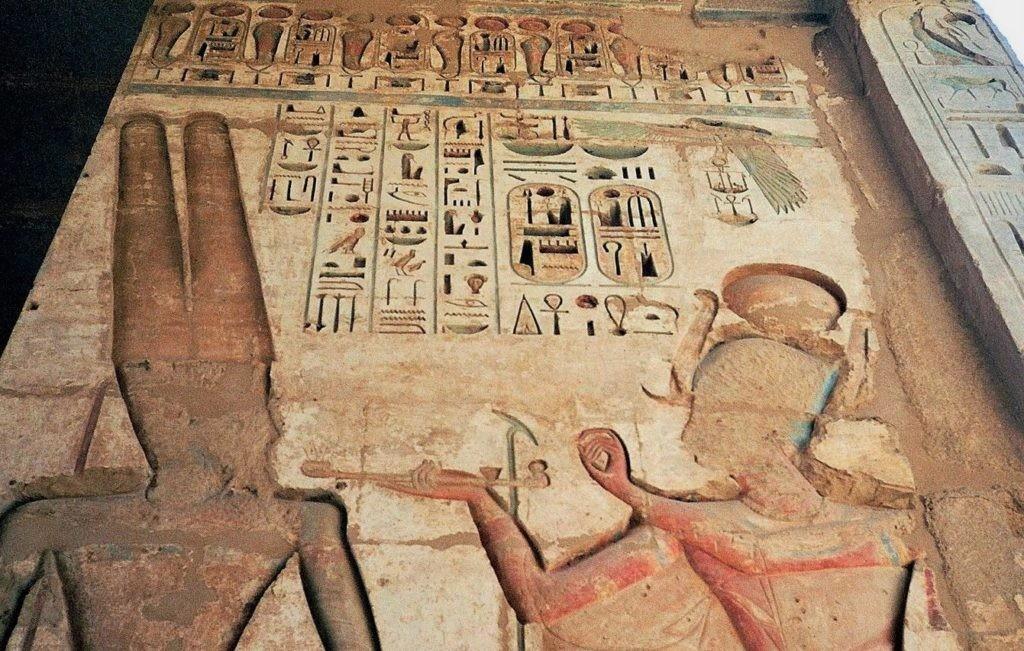 Иллюстрация процедуры чистки зубов в Древнем Египте