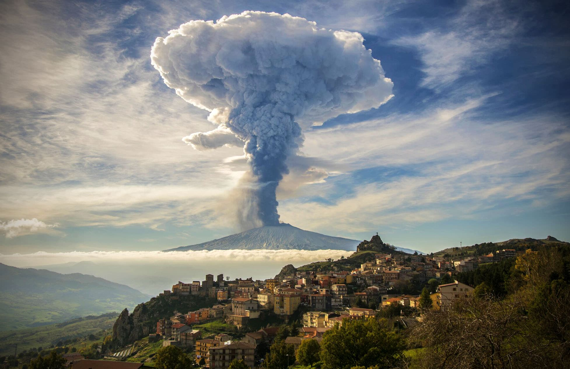 Грибовидное облако над действующим вулканом Этна, Сицилия