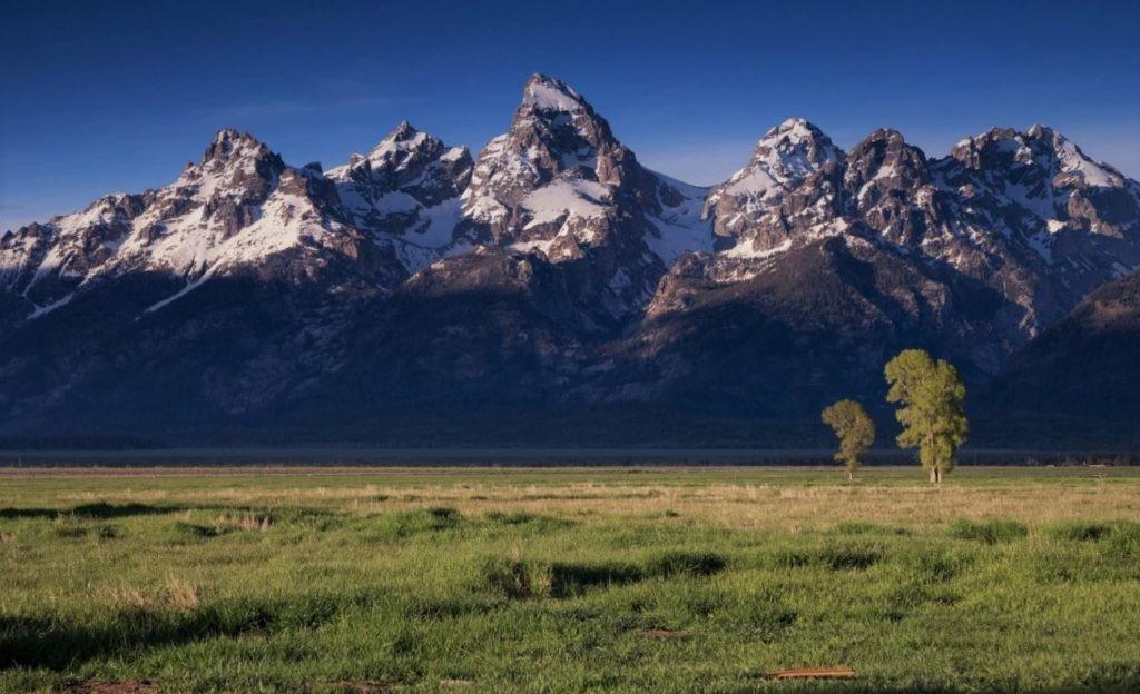Изображение равнины и гор на одном фото