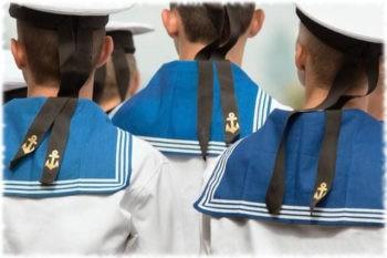 Почему у моряков на воротнике 3 полоски?