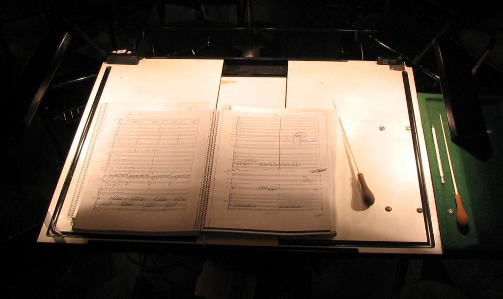 Современные инструменты дирижёра — партитура и палочка