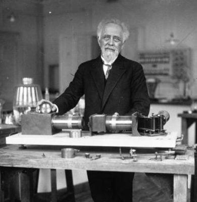 Жан Батист Перрен с «мега-спектроскопом» в Институте Кюри. 1927 г.