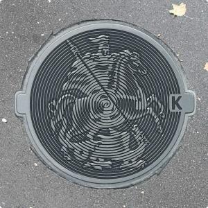 Круглый канализационный люк с гербом