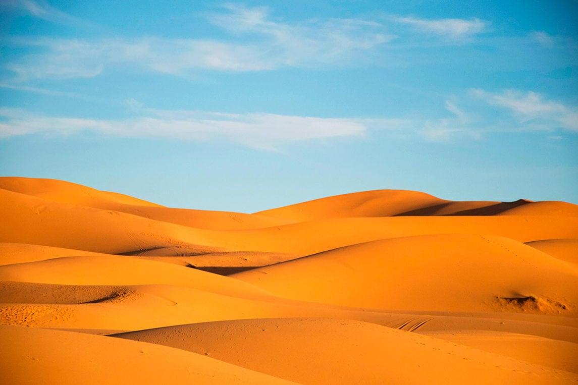 Какова толщина слоя песка в пустынях?