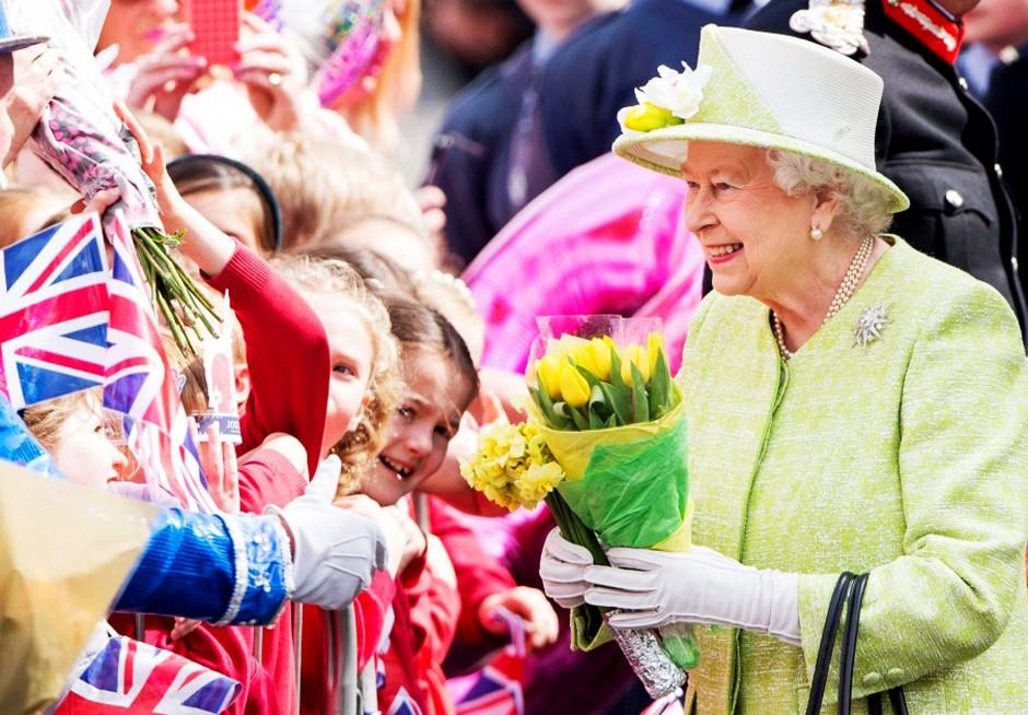 Королева Елизавета II приветствует подданных