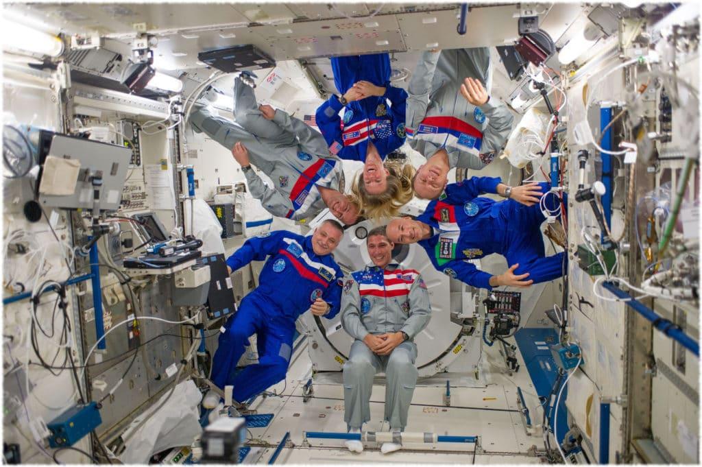 Космонавты на орбитальной станции