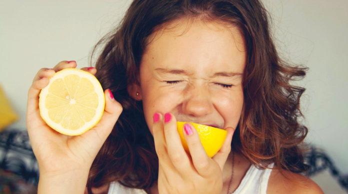 Почему, когда ешь кислое, глаза закрываются?