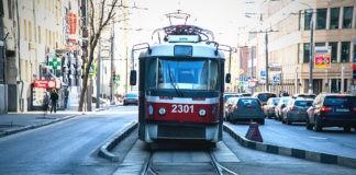 Как трамвай переводит стрелки и поворачивает?