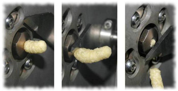 Выход кукурузной палочки через отверстие матрицы