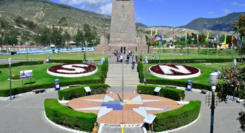 Монумент в Эквадоре, обозначающий линию экватора