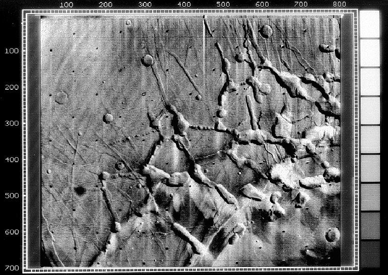 Лабиринт Ночи — геологическое образование на западном конце долин Маринера. Фотография сделана АМС Маринер-9