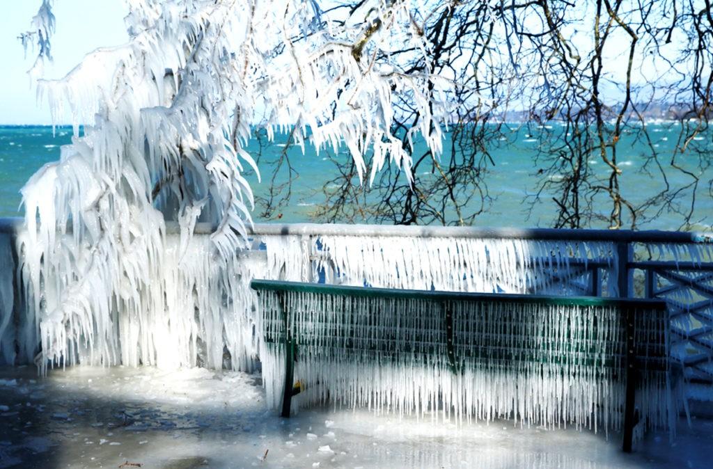 Вода из ледяных шариков мгновенно замерзает