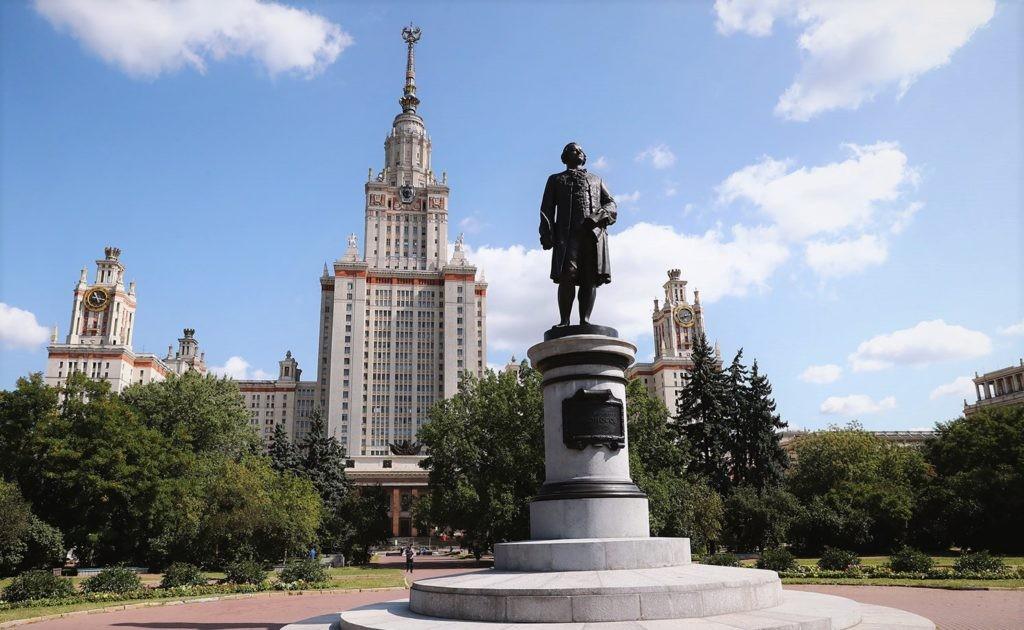 Статуя Ломоносова на фоне основанного им университета