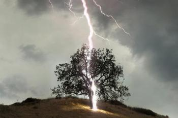 Попадание молнии в дуб