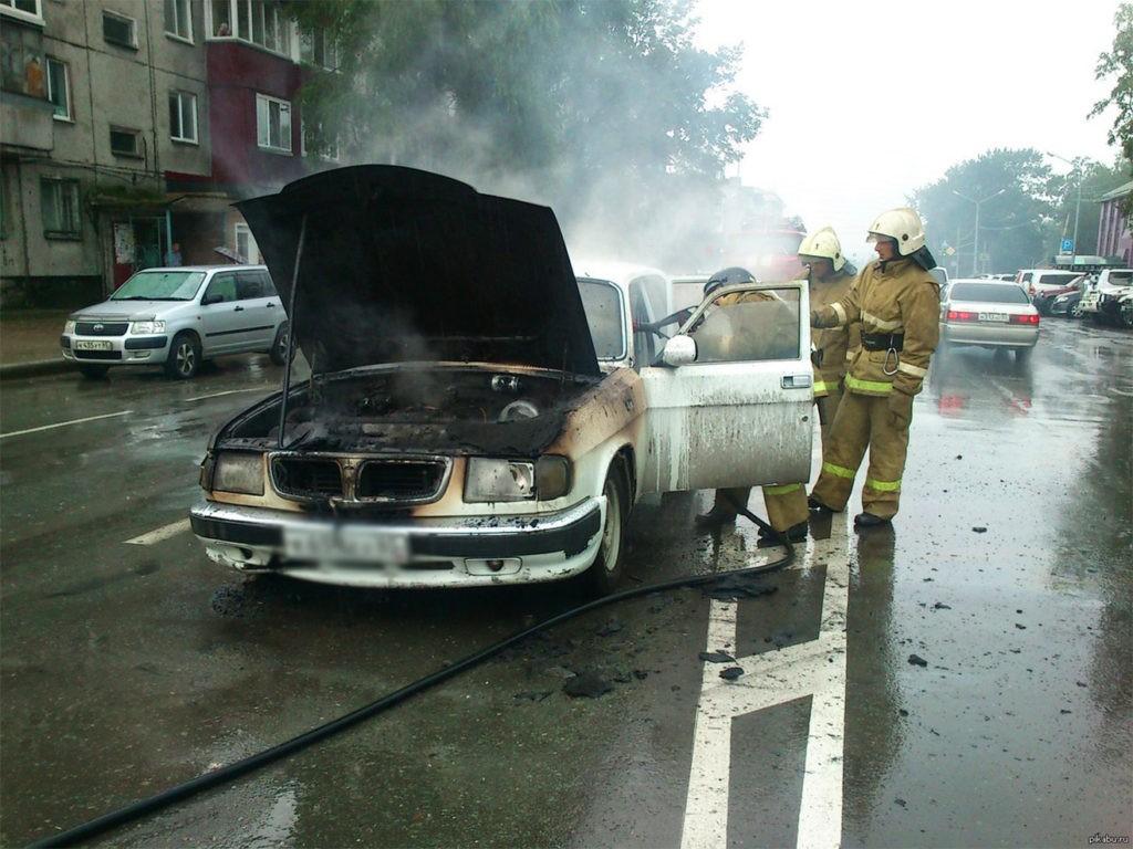 Молния ударила в авто