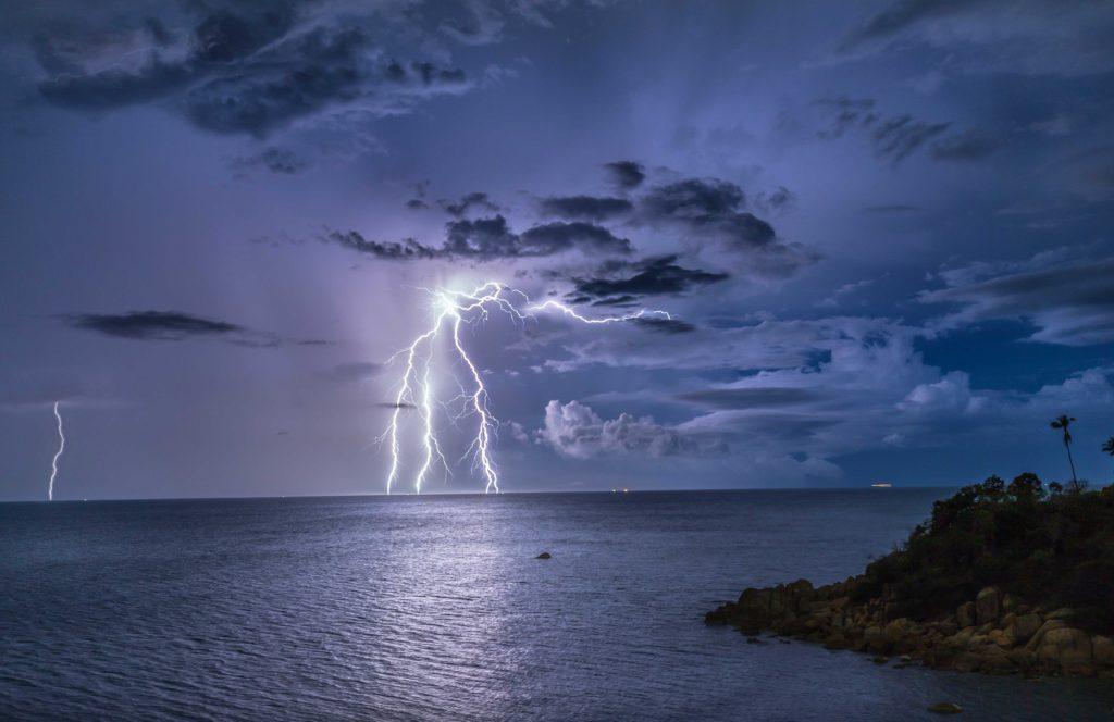 Молния в море