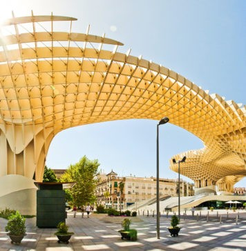 Где находится самая большая деревянная постройка в мире?