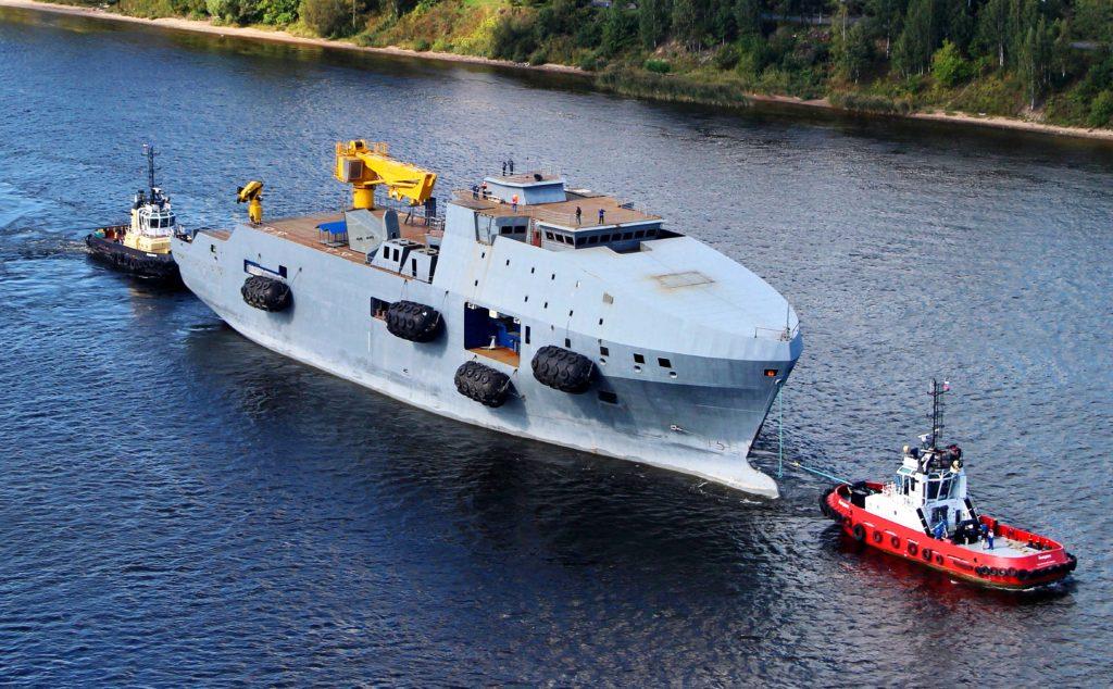 Несколько буксиров транспортируют судно