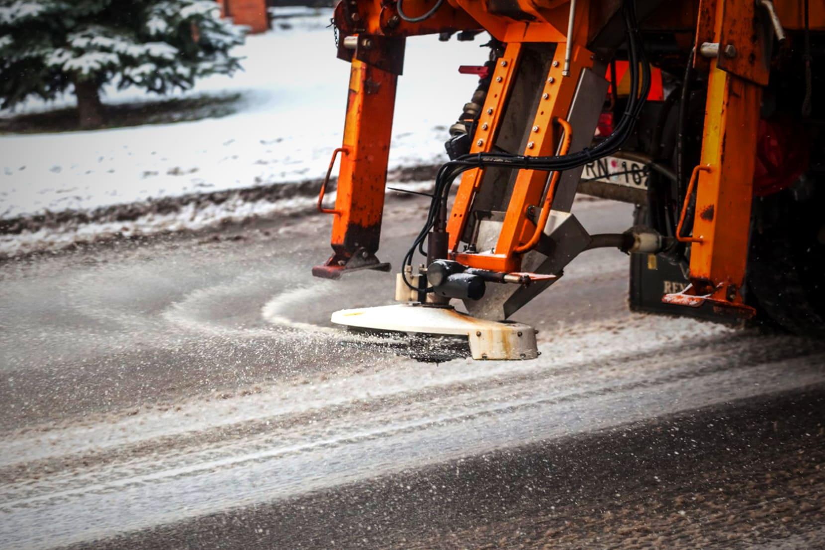 Обработка дорожного покрытия солью