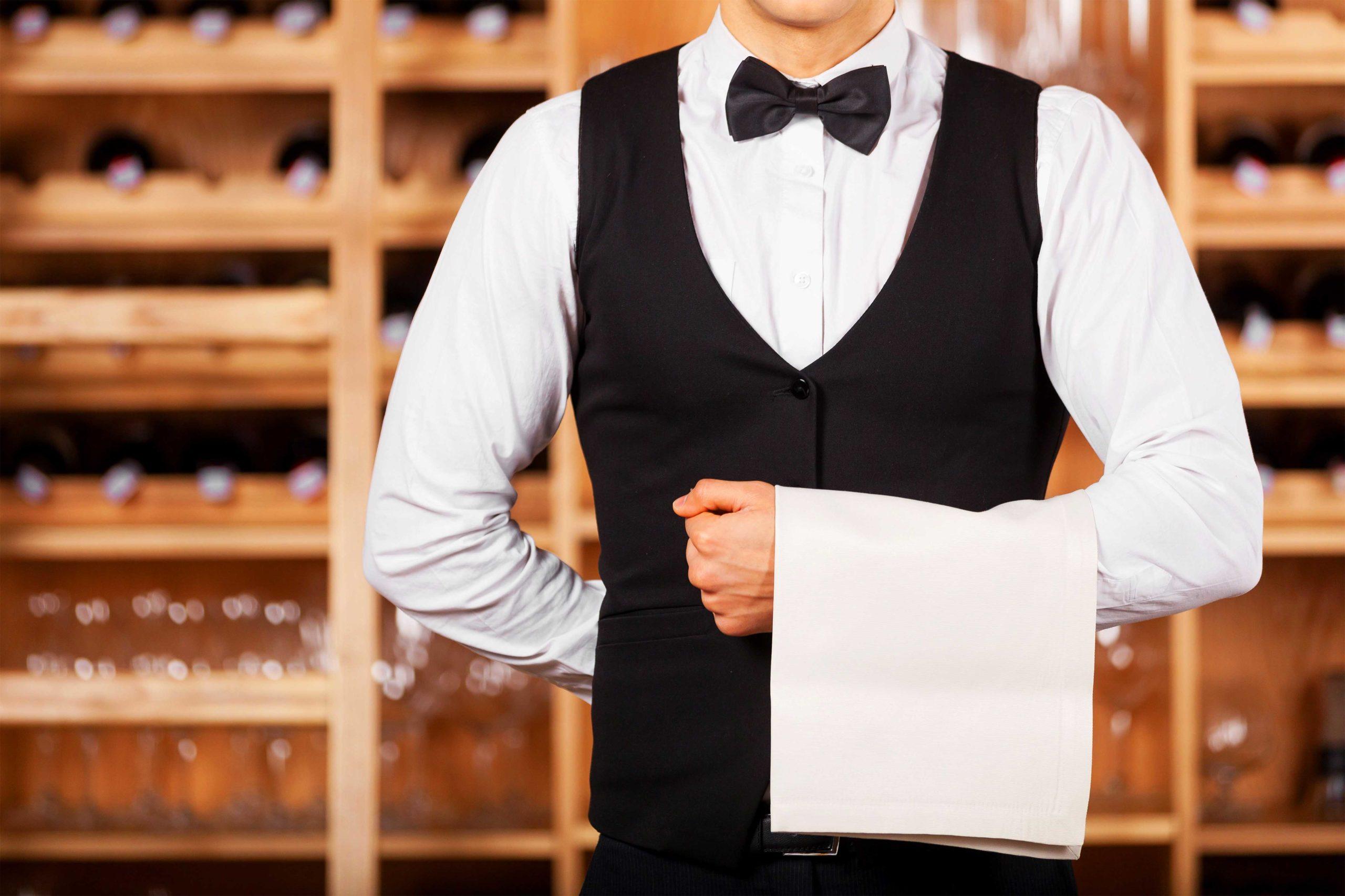 Почему официанты держат руку за спиной?