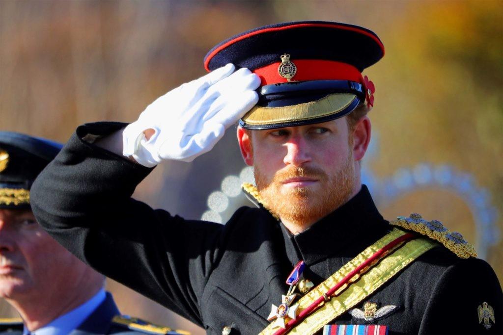 Солдат Британской армии отдает честь (на фото принц Гарри, герцог Сассекский)