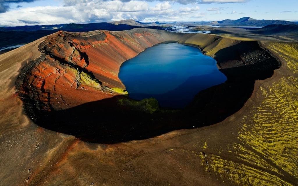 Вулканическое озеро в кратере