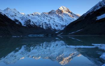 Ледниковое горное озеро в расщелине