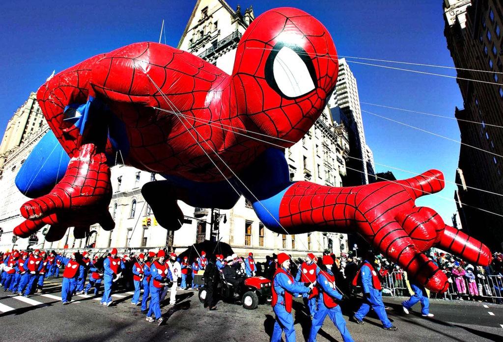 Традиционные парады в День благодарения созданы не только для развлечения публики, но и для ее привлечения к крупным торговым сетям