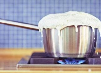 Почему вода кипит, а молоко сразу убегает?