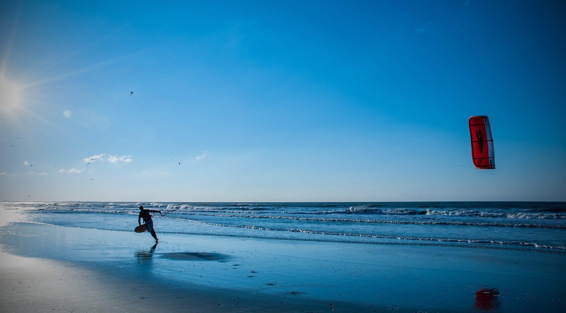 Почему днем ветер дует с моря на сушу, а ночью наоборот?