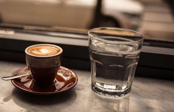 Почему в Турции кофе подают со стаканом воды?