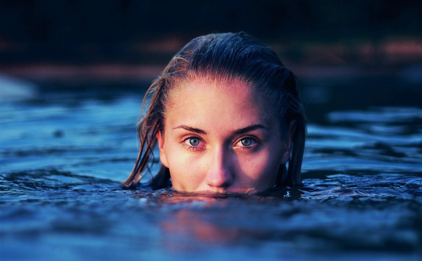 Почему у человека в воде болят глаза?