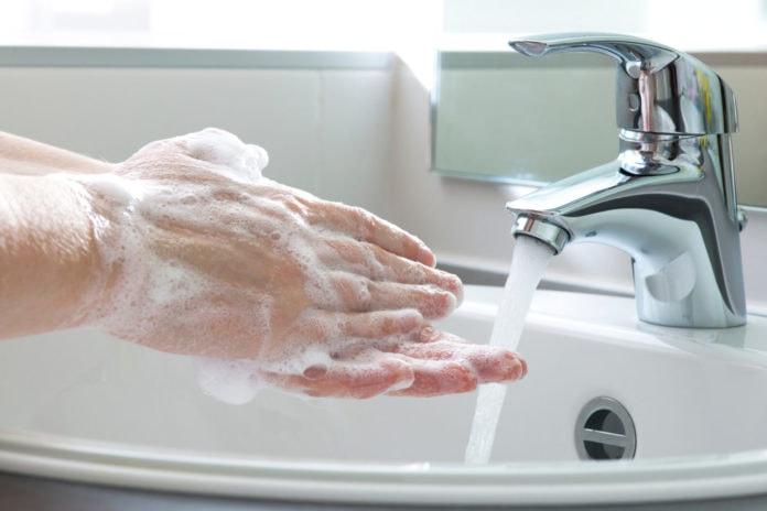 Почему мыло легче смывается теплой водой?