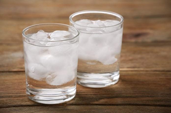 Почему при таянии айсбергов повышается уровень воды, а при таянии льда в стакане с жидкостью — нет?