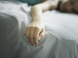 Почему немеют руки во время сна?