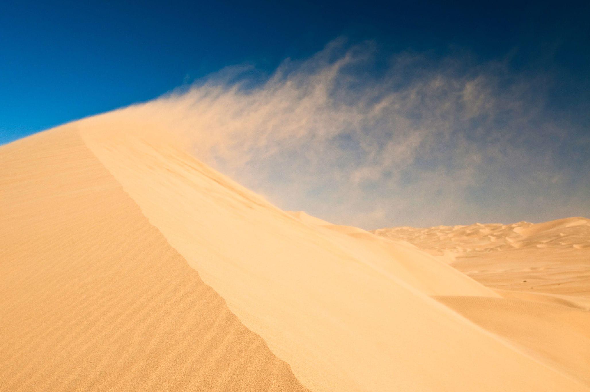 Почему не рассыпаются песчаные дюны?