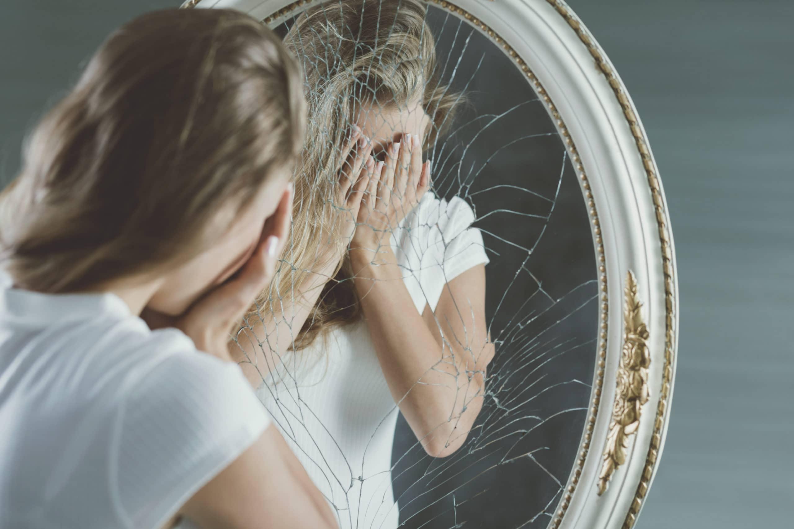 Почему нельзя смотреть в зеркало, когда плачешь?