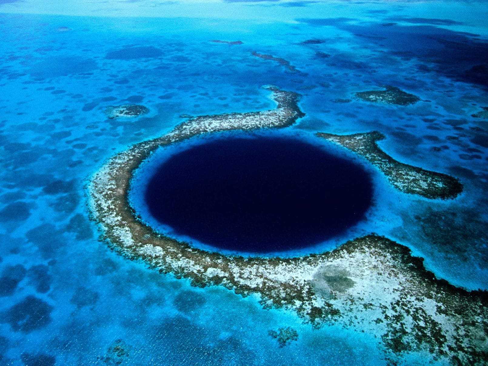 Почему возникла Большая голубая дыра?
