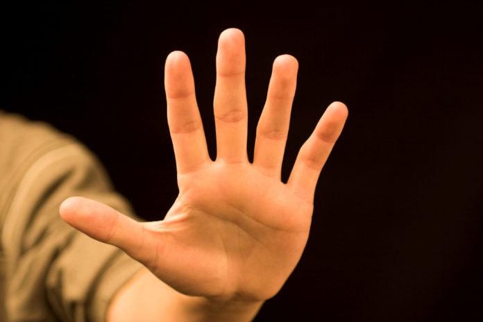 Почему слезает кожа на пальцах?